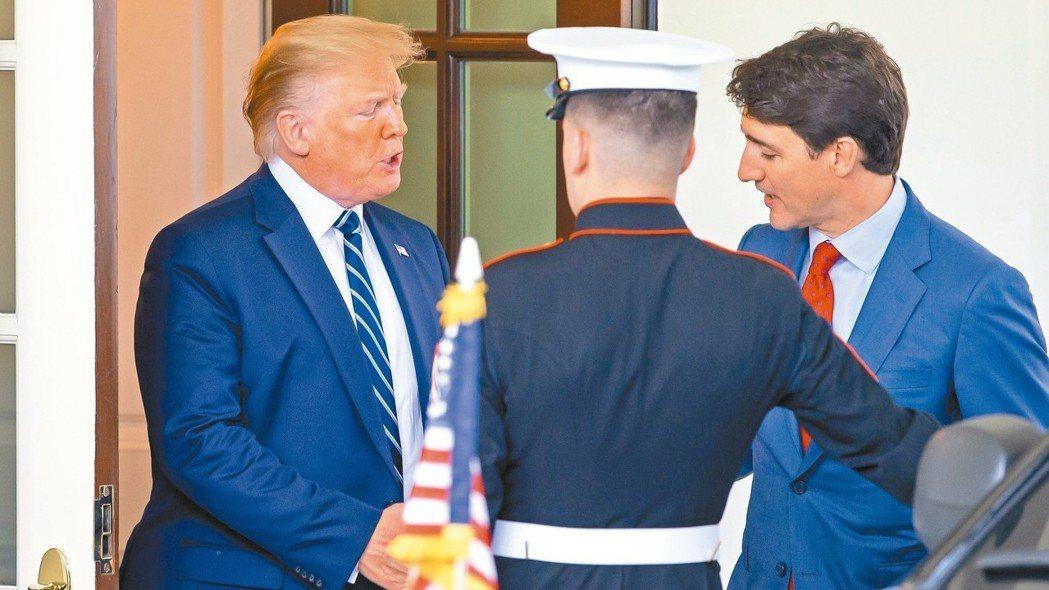 加拿大與加州簽署一項清潔汽車協議,展現加國總理杜魯多(右)願與美國總統川普(左)...