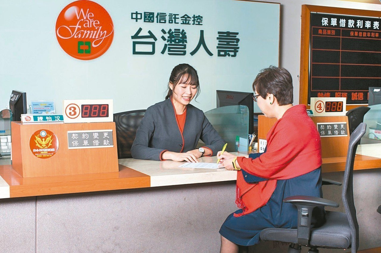 台灣人壽第一線服務人員發揮「以客為尊,待客如親」的服務精神,深受保戶肯定。 圖/...