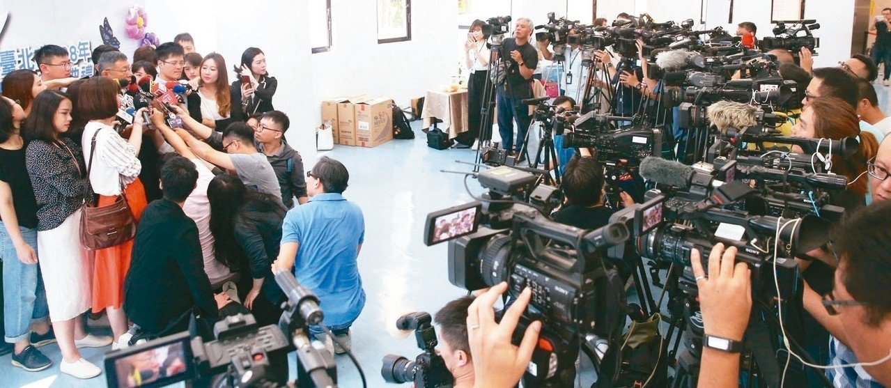 台北市長柯文哲上午出席台北市民政團隊聯合頒獎典禮,面對媒體大陣仗採訪雙子星開發案...