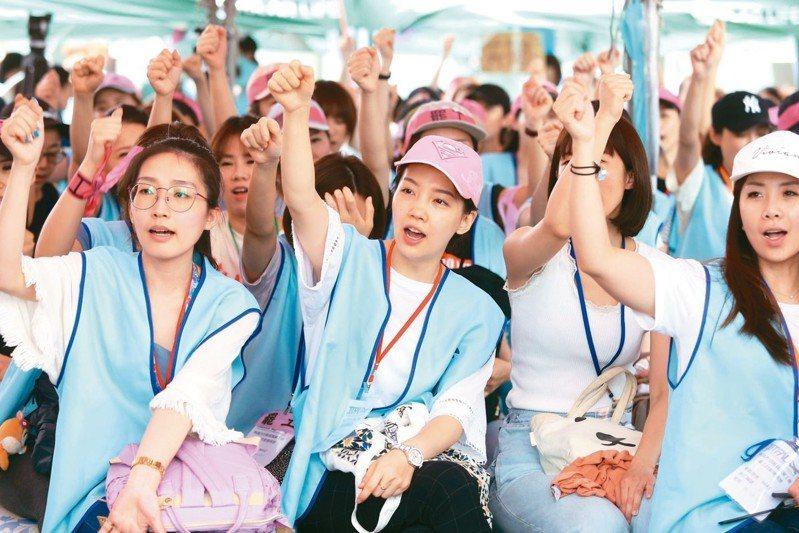 長榮空服員罷工進入第八天,參與罷工的空服人員情緒高昂。 記者曾吉松/攝影