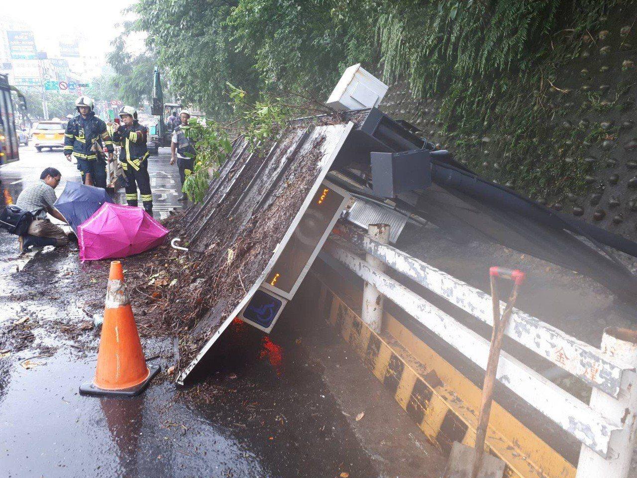 台北市內湖區星雲街、成功路口的公車候車亭,忽然倒塌壓傷人,消防隊趕到將兩名傷者送...