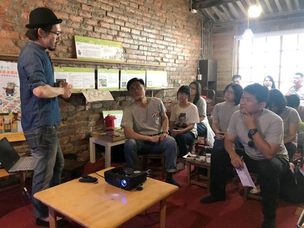 太古酒吧老闆曾松慶(左)分享「太古創立與神農街的願景」。 南臺科大/提供