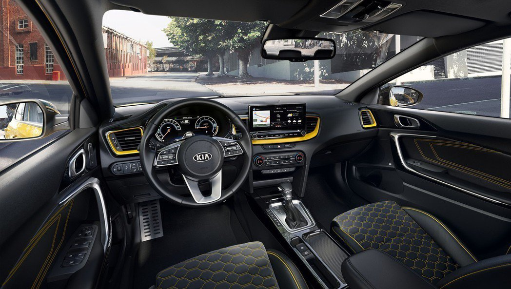 全新Kia XCeed內裝格局與五門掀背版Ceed相同,但車室使用了與車色相同的...