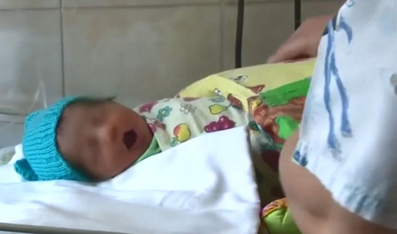 醫生稱女嬰僅5磅重,而且出現低溫症及缺氧。(《Metro》影片截圖)