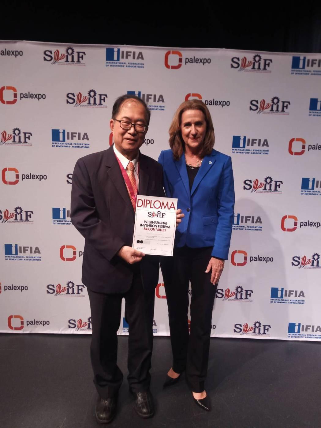 台灣發明協會理事長代表《翔宇生醫科技股份有限公司》受頒獎項。翔宇生醫/提供