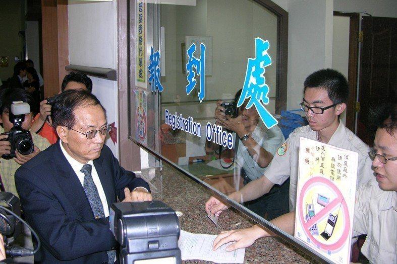 2006年5月,前國科會副主委謝清志(左)因涉及高鐵減振弊案,被台南地檢署聲請羈押。 圖/聯合報系資料照