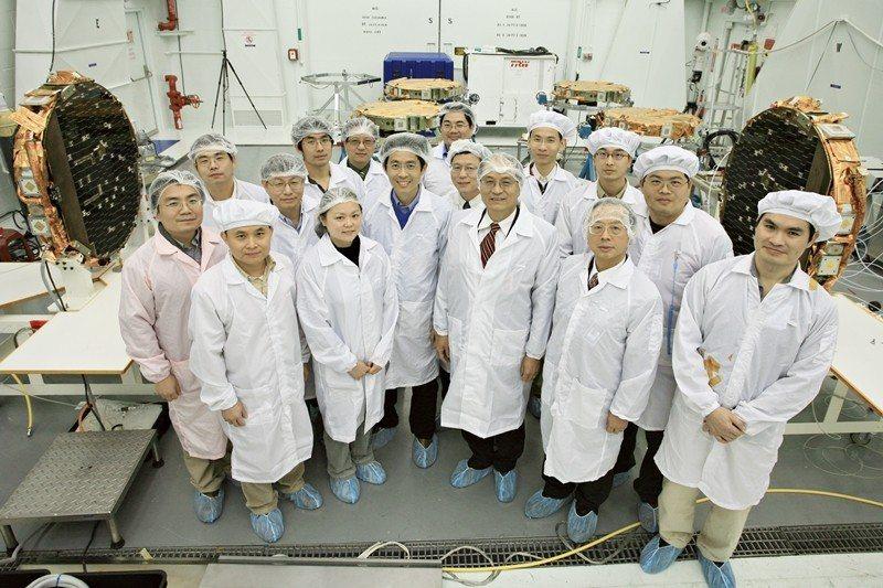 福衛三號工作人員及謝清志(前右三),攝於2006年。 圖/聯合報系資料照