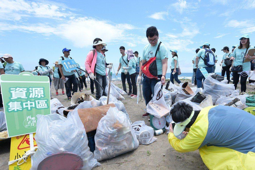 富邦人壽的「淨塑」活動,將垃圾和資源分類,將可利用的資源交給環保業者,讓資源再生...
