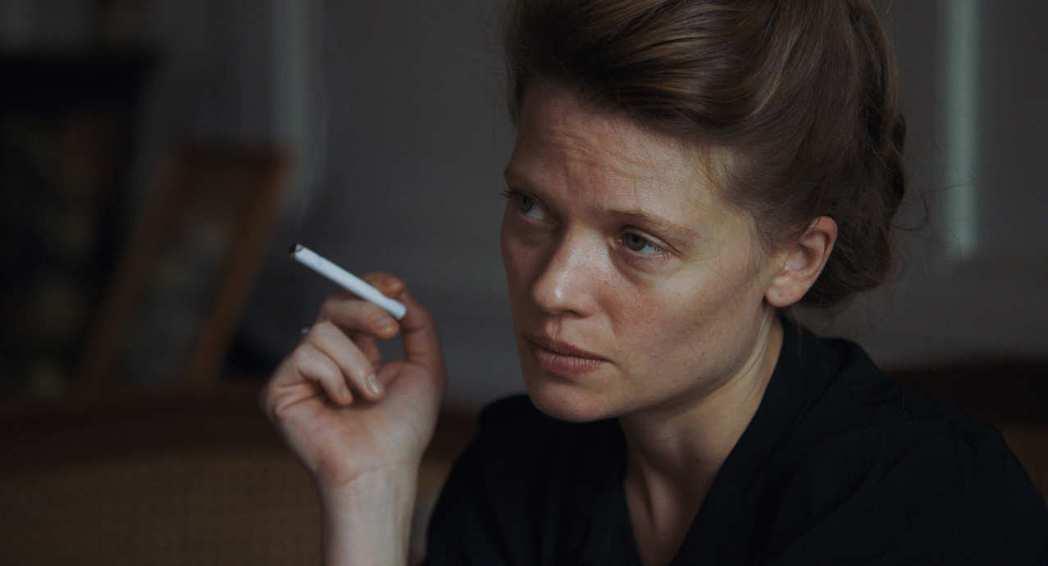 影片由米蘭妮蒂莉領銜主演,將莒哈絲心亂如麻的細膩神情,詮釋得絲絲入扣。 圖/佳映娛樂提供