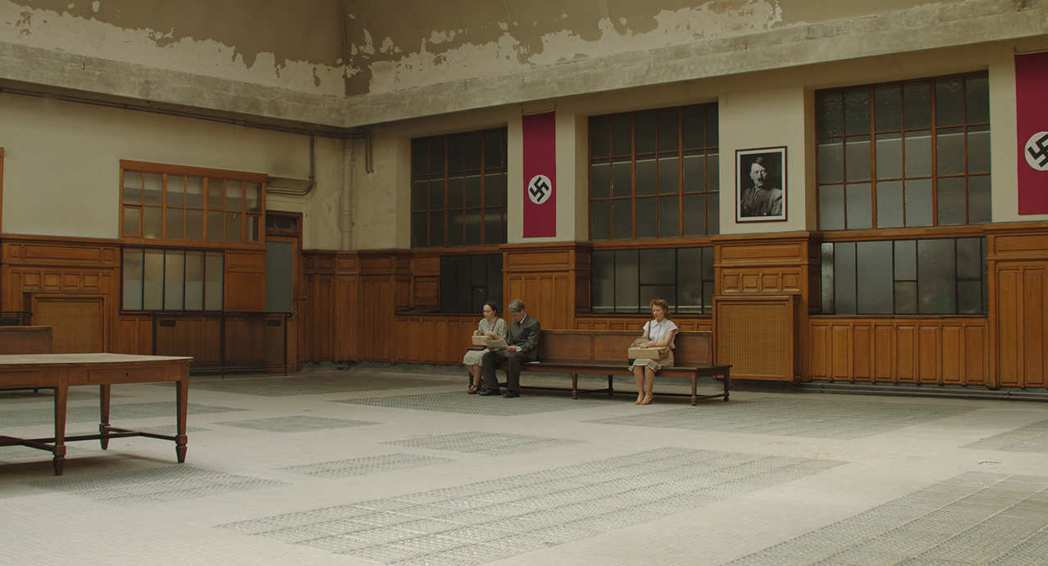 在電影前半部,所謂的「等待」並不「漫長」,反而更像破關遊戲、諜報電影。 圖/佳映娛樂提供