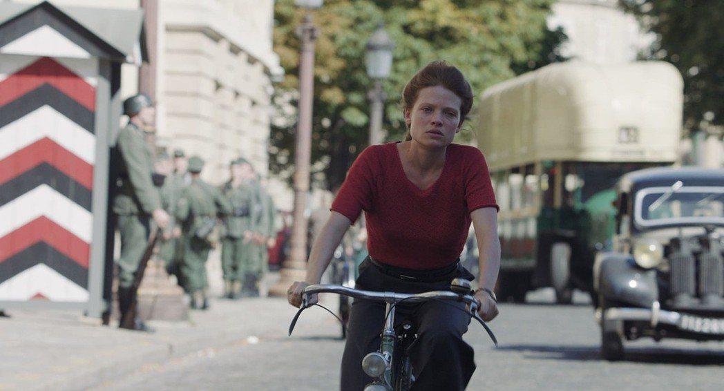 女主角在空襲時分獨自騎著腳踏車,行經空無一人的巴黎協和廣場。 圖/佳映娛樂提供