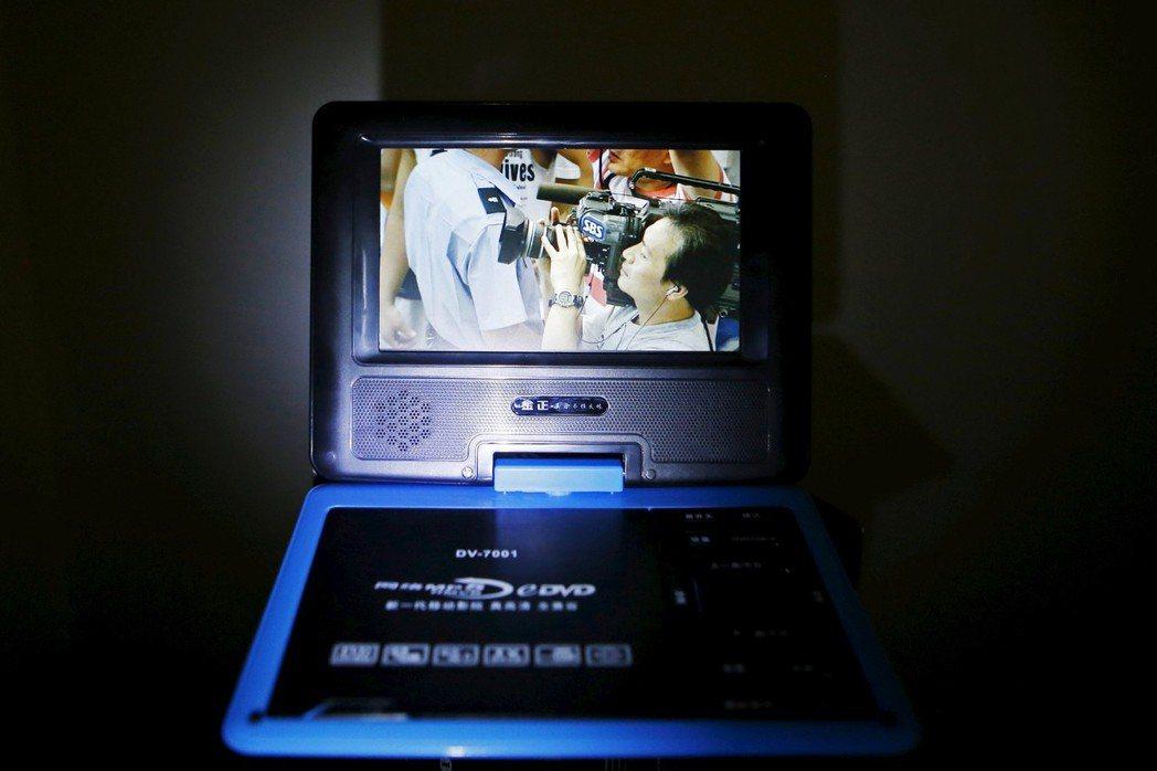 EVD是主要由中國開發產製的播放器。為了躲避追查,嚮往外面世界的朝鮮民眾常在凌晨...