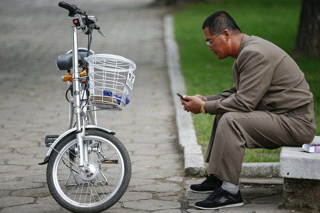 境外節目的秘密傳播進入,讓北韓人獲取新的「精神食糧」,也讓社會開始「陽奉陰違」,...