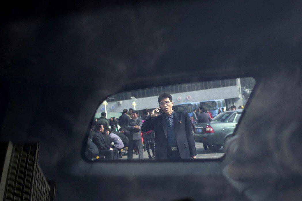 「我他X一秒鐘十幾萬上下(設計對白)!」目前北韓民眾持有手機,主要動機仍是為了做...