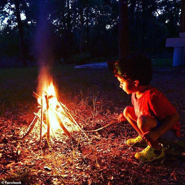 Patel夫婦讓兒子玩火。圖取自每日郵報。
