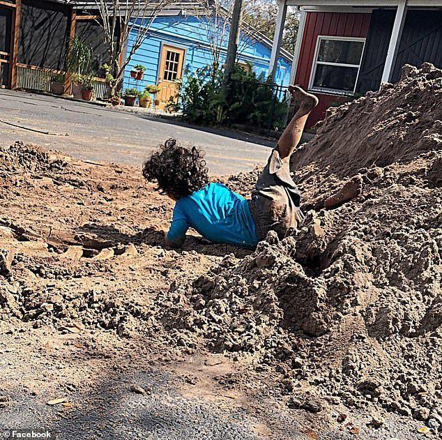 Naylan從土堆上跌下來。圖取自每日郵報。