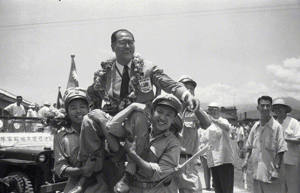 1954年,亞運足球冠軍我國代表隊來台,球王李惠堂被青年學生抬出機場。