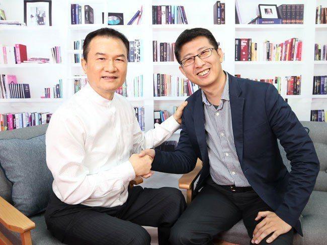 理財周刊發行人洪寶山(左)、股魚(右)
