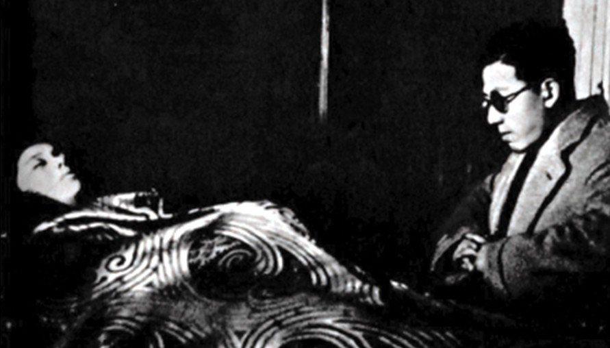 吳永剛(右)注視著阮玲玉的遺體,攝於1935年。  圖/維基共享