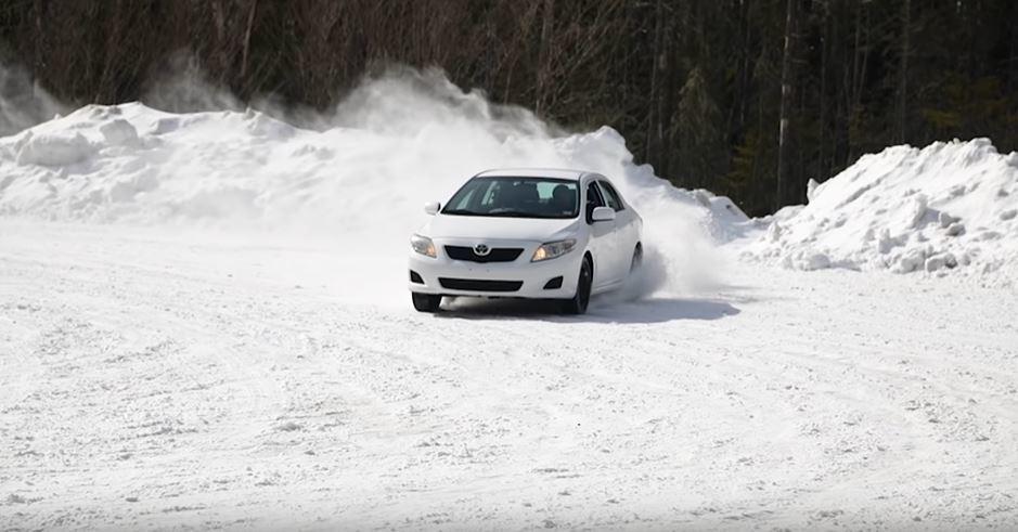 第十代Toyota Corolla在雪地奔馳。 擷自Team O'Neil Ra...