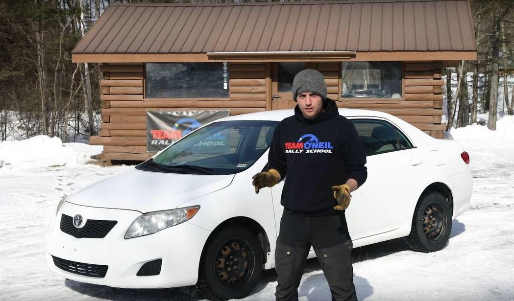 主持人講解這是一輛純原廠的Toyota Corolla,僅僅換了雪胎。 擷自Te...