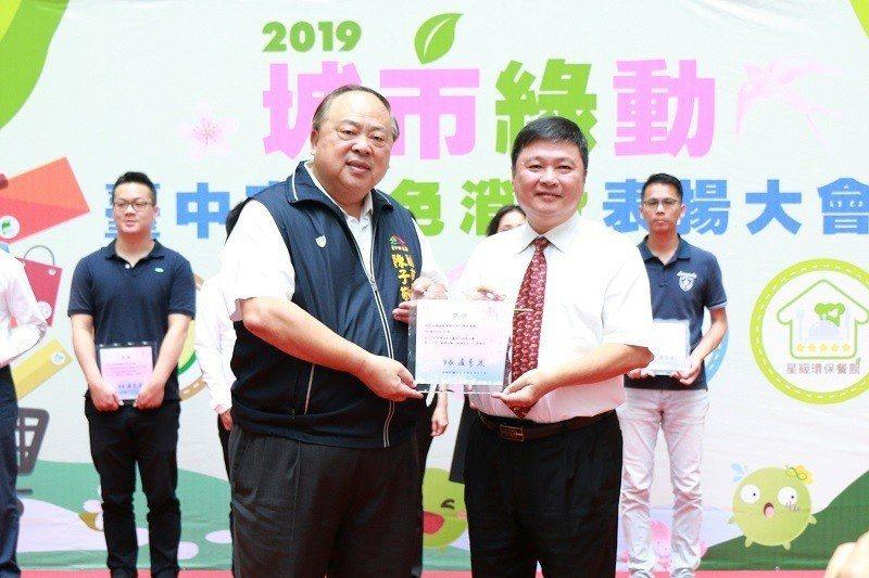 朝陽科大助理副校長兼總務長張華南(右)代表接受台中市副市長陳子敬(左)頒獎表揚。...