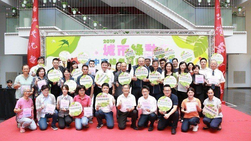 民間企業與團體綠色採購績優單位於會場合影。 朝陽科大/提供
