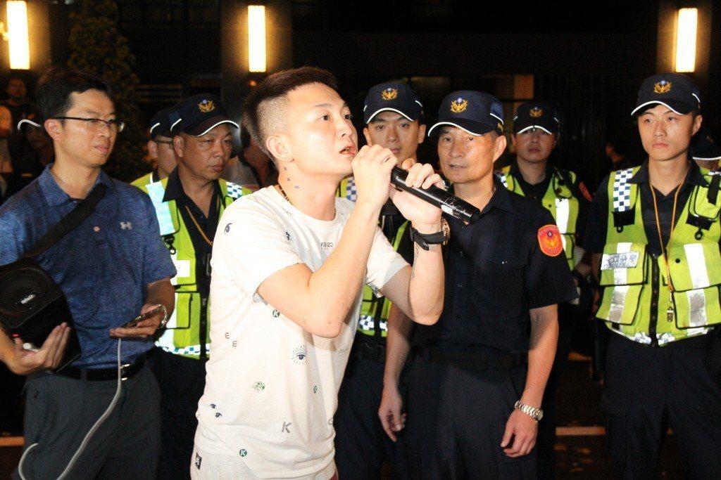 6月時,台中一名女童疑似受虐重傷,憤怒的鄉民包圍被告社區要求警方羈押。 圖/聯合報系資料照