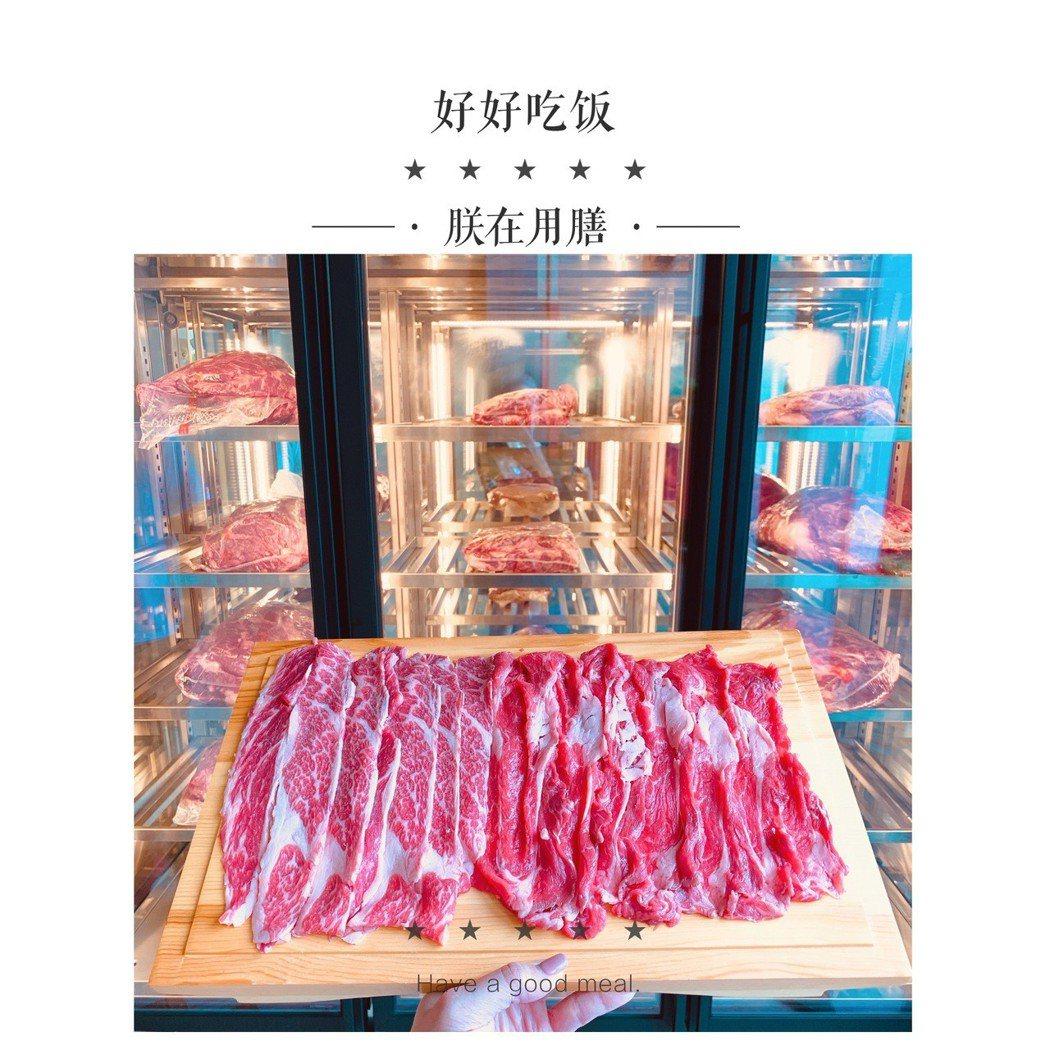 店內擺放透明冰櫃,讓消費者一目瞭然肉品鮮度與品質。 聚德家風味鍋物/提供