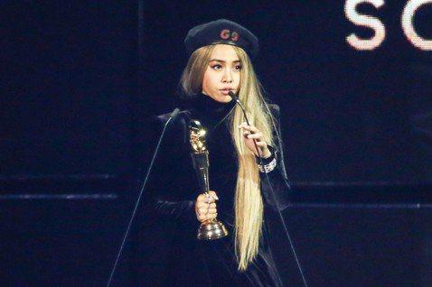 Jolin蔡依林以「玫瑰少年」奪下第30屆金曲獎最佳年度歌曲獎,但她在得獎前的廣告中間,被串場主持人so what直擊訪問,她接過麥克風大呼「大家好,我好想上台啊!」沒想到,之後就真的得獎上台,讓她...
