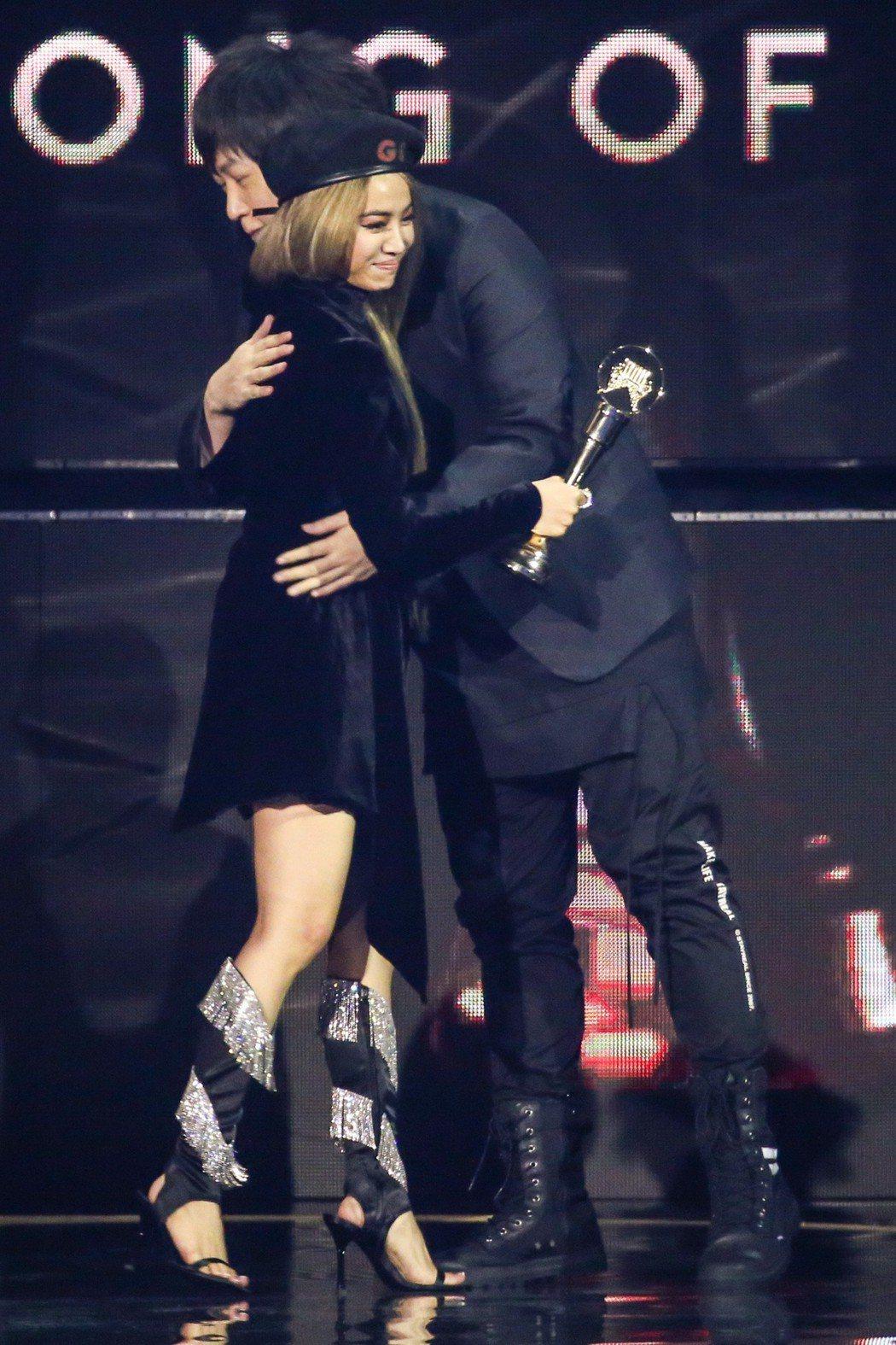第30屆金曲獎,年度歌曲獎由蔡依林(左)以「玫瑰少年」獲得,與頒獎人「緋聞網友」...