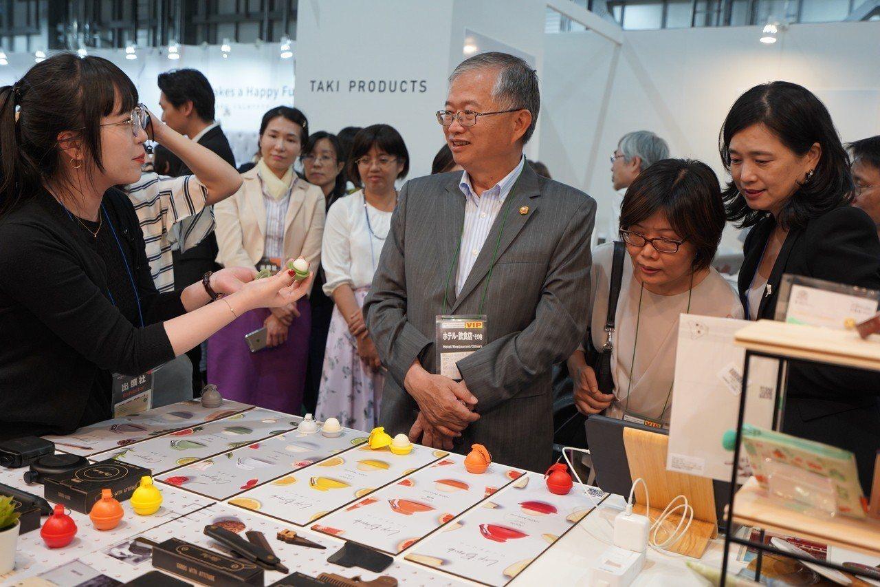台北駐日經濟文化代表處政務副代表蔡明耀讚賞本次「TAIPEI corners」令...