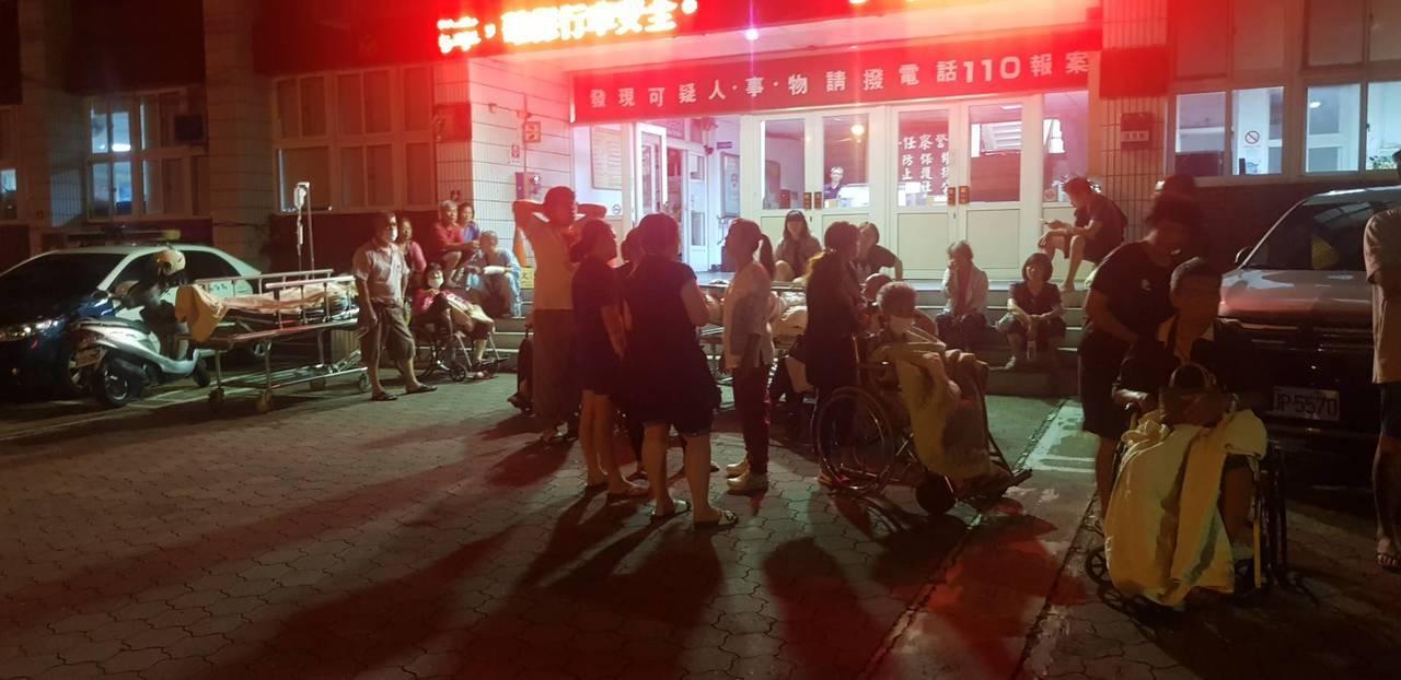 苗栗縣竹南鎮慈祐醫院凌晨零時許驚傳火警,院內病患緊急疏散到一旁的竹南警分局。圖/...