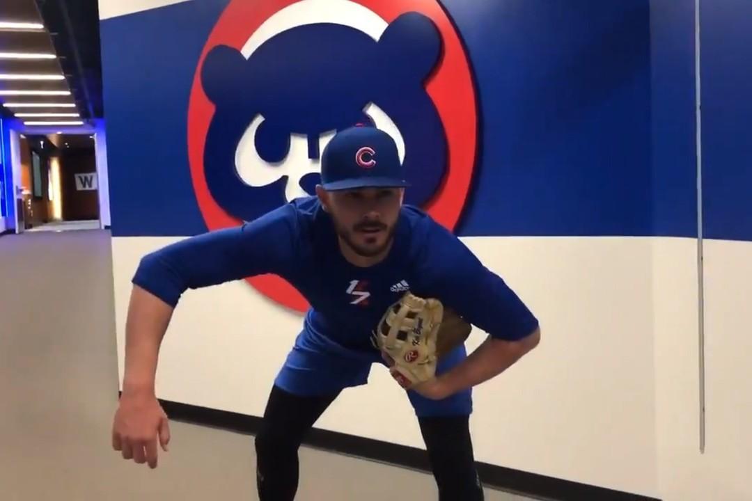 布萊恩模仿金布洛爾的招牌投球準備動作,歡迎新隊友的到來。 圖/擷自小熊官方推特影...
