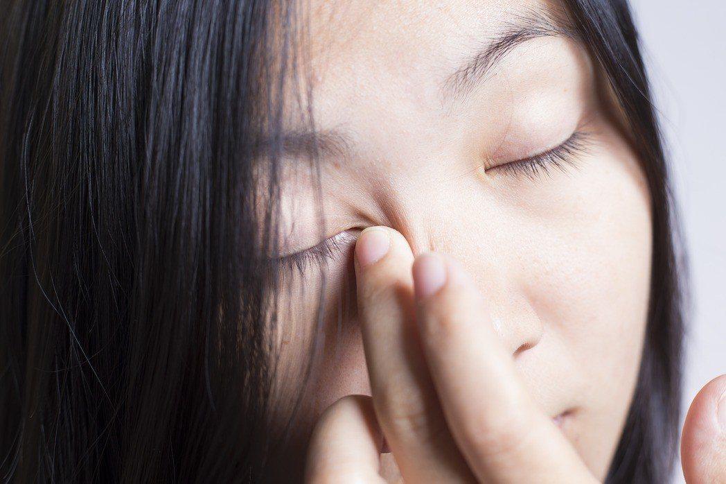 神經內科醫師表示,眼皮亂跳的可能原因不是神經局部受傷發炎,就是眼睛周圍肌肉過度使...