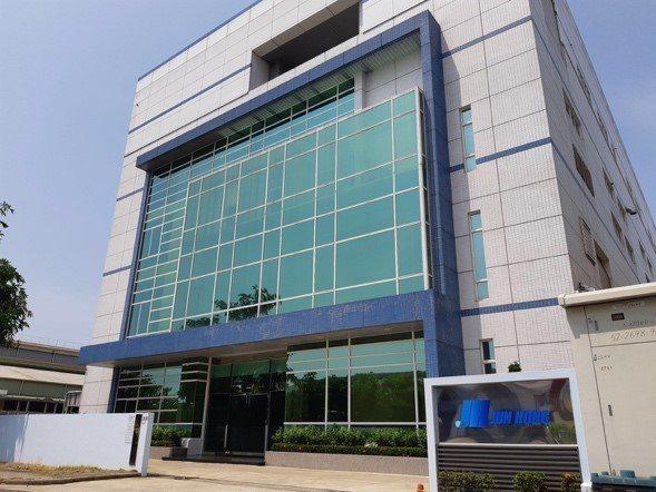 郡宏擁有OLED觸控模組關鍵材料導電薄膜(ITO)的量產技術,目前除了郡宏,僅有...