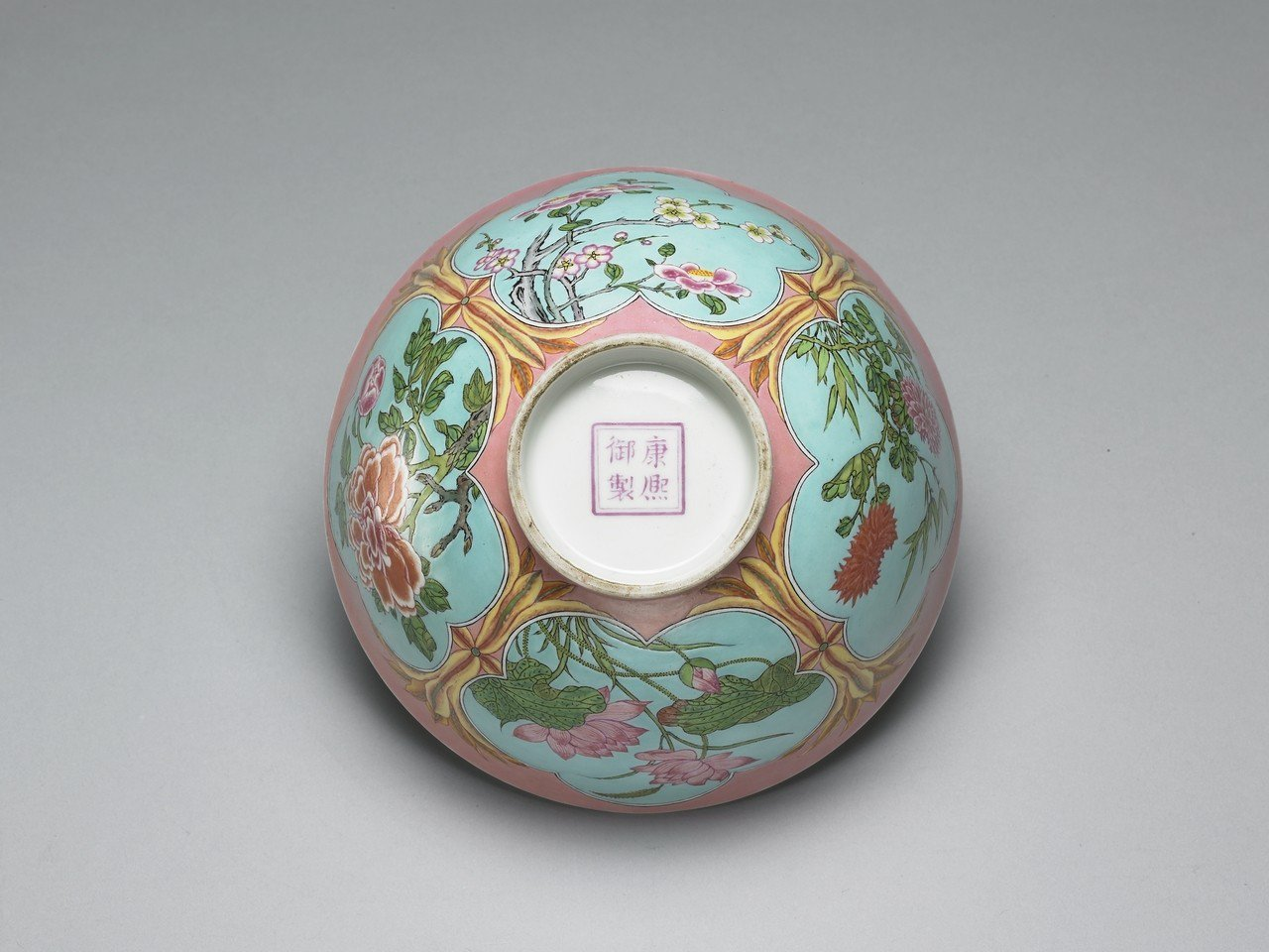 清康熙,琺瑯彩粉紅地開光四季花卉碗。圖/故宮提供