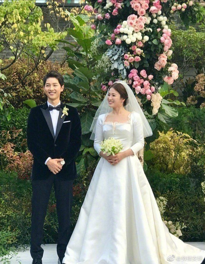 宋仲基(左)與宋慧喬2年前大婚轟動全亞洲。圖/摘自微博