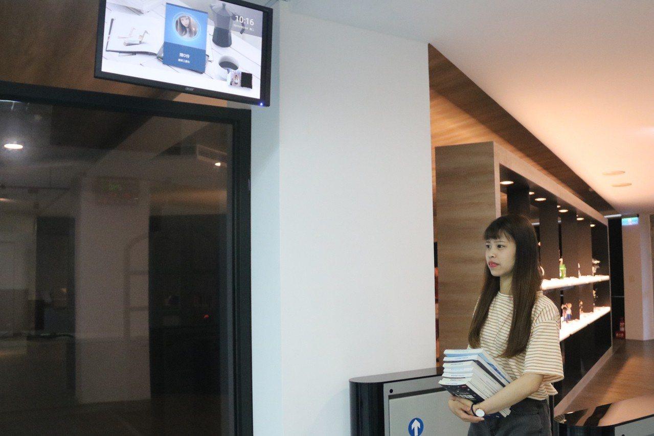 弘光科大圖書館新設人臉辨識系統,雙胞胎也分得出來。記者游振昇/攝影