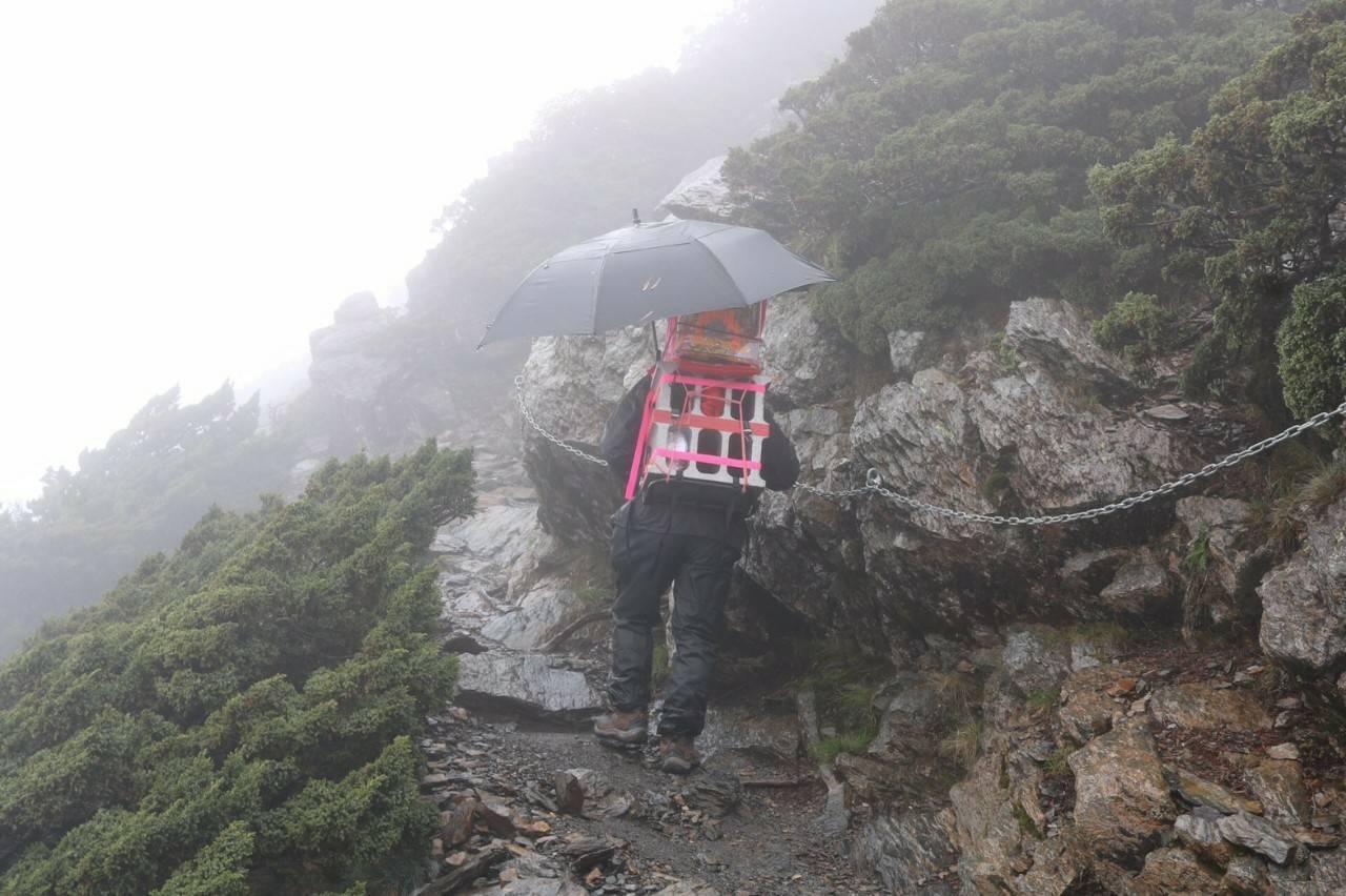 台南善化登山隊與神同行,請來慶安宮百年媽祖同登玉山。/圖劉子堅提供