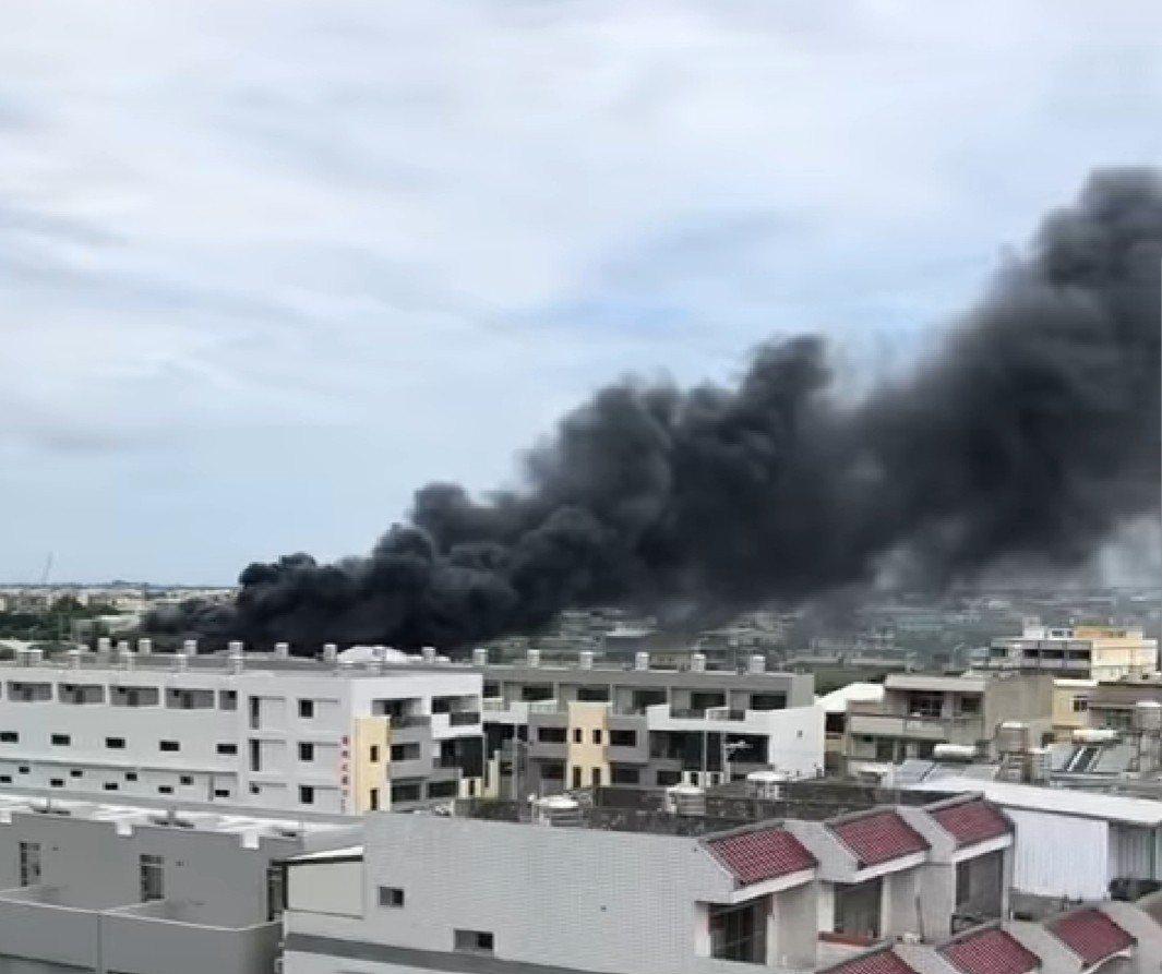 台中市清水區今天發生泡棉工廠火警。圖/取自臉書清水小鎮