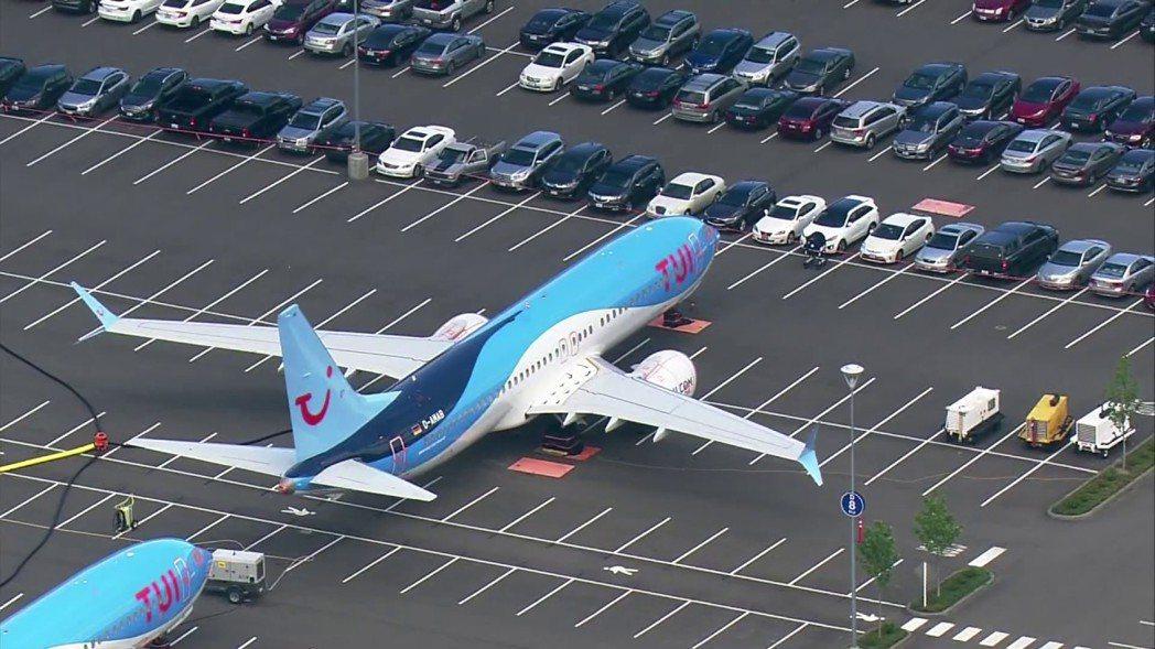 因短時間的連續兩起空難,美國波音公司的737 Max型客機全球停飛,26日又被指...