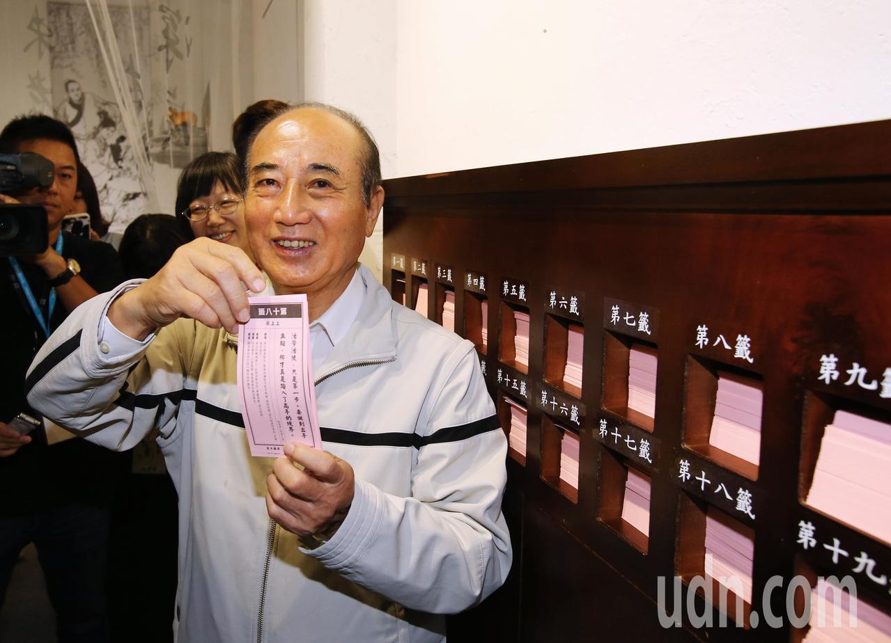立法院前院長王金平上午參觀「金庸武俠-華山論劍」展,抽得上上籤。記者陳柏亨/攝影