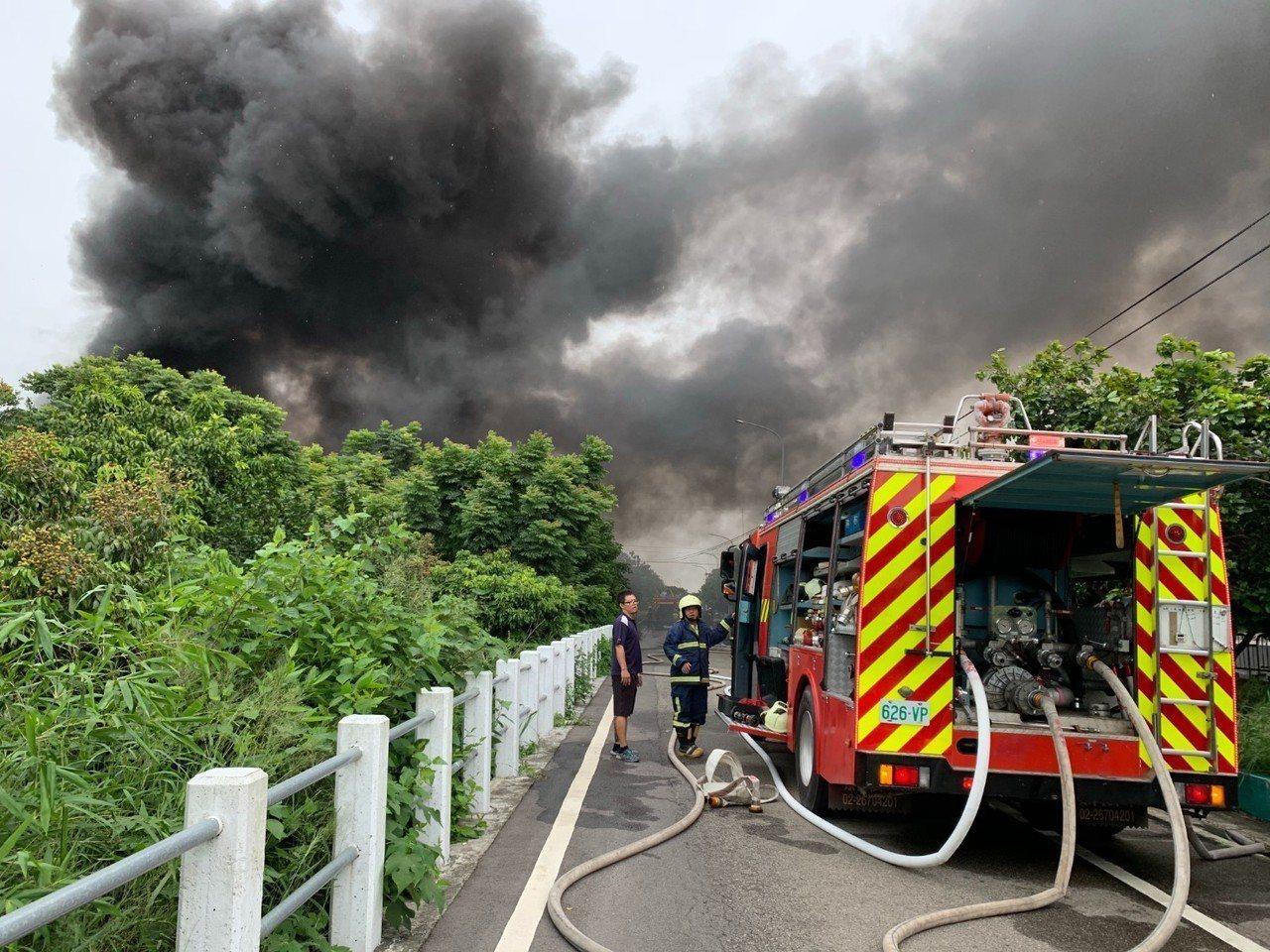 台中市清水區今天發生泡棉工廠大火,消防人車搶救。圖/台中市消防局提供