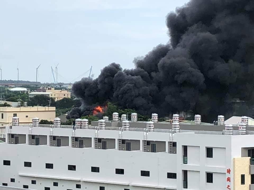 台中市清水區今天發生泡棉工廠大火,黑煙竄升。圖/取自臉書清水小鎮