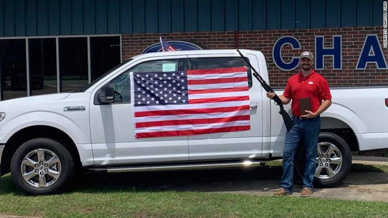美國阿拉巴馬州一間福特車商7月推出國慶日促銷活動,只要買車就送「愛國三寶」:國旗...