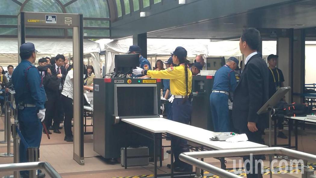 G20國際媒體中心外等候安檢的各國記者大排長龍。東京記者蔡佩芳/攝影