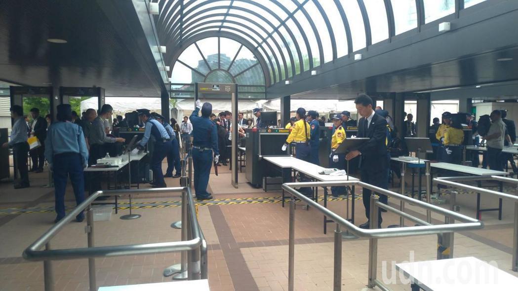 G20國際媒體中心今天啟用,各國媒體搭乘首班接駁車早上7點多就抵達媒體中心。東京...