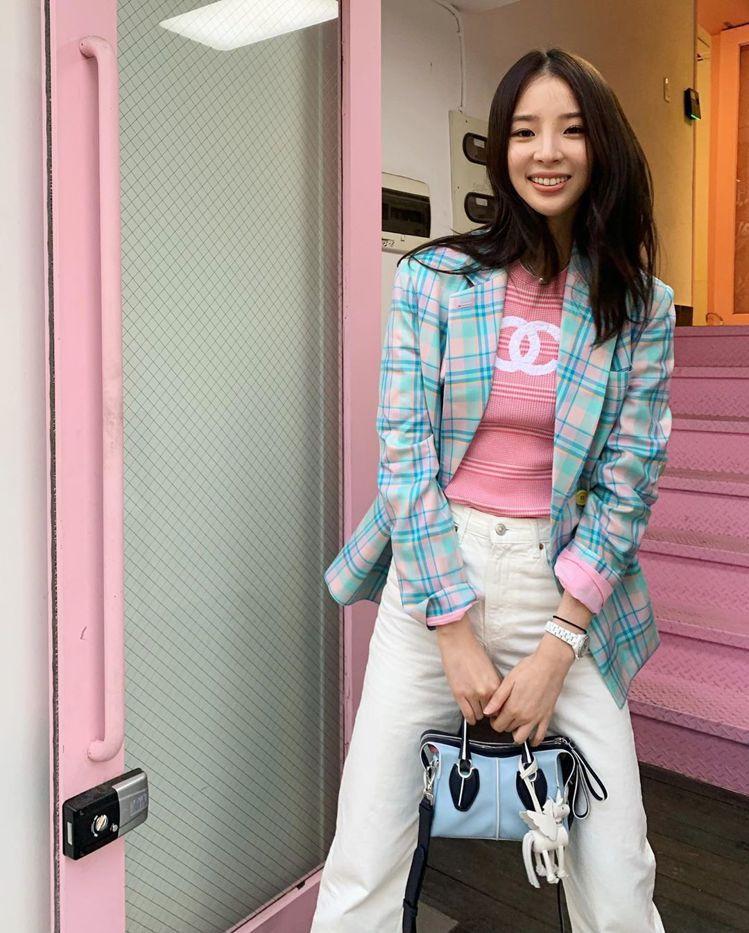 韓國時尚部落客Irene Kim背TOD'S限量獨角獸D-Styling Bag...