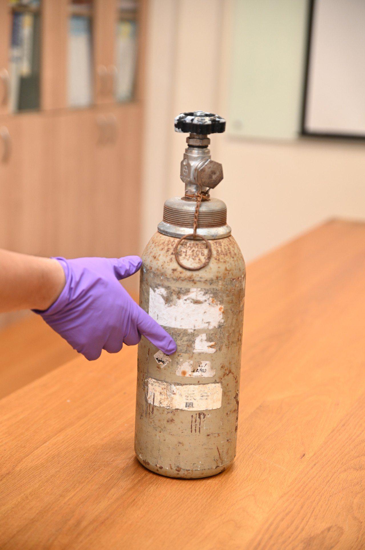 部分老舊氣體鋼瓶瓶身布滿紅色鐵鏽、標示磨損不清,閥門也無法打開。圖/清大提供